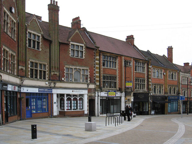 UN TRASFERIMENTO ALL'ESTERO ANDATO MALE a Kettering_-_shops_on_Market_Street