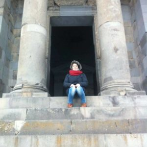 Ester decise di lasciare l'Italia con appena 200 € in tasca. Il suo viaggio l'ha portata a lavorare in Armenia